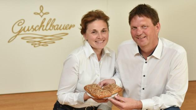 Elisabeth und Robert Guschlbauer mit dem Eiweißweckerl, das bald auch in Deutschland verkauft wird. (Bild: Markus Wenzel)