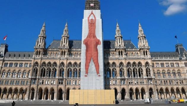 97.500 Euro teures Plakat prangt jetzt am Rathaus