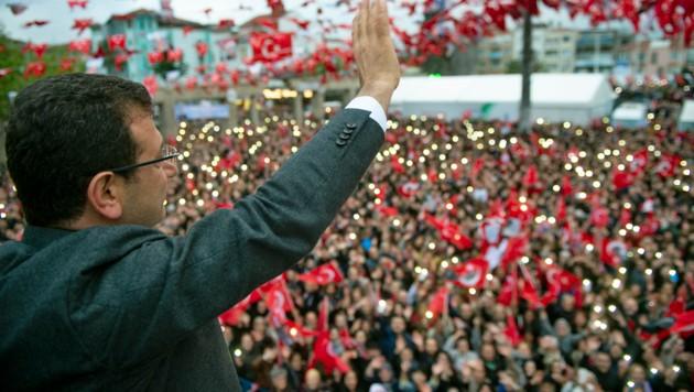 Ekrem Imamoglu vor seinen Anhängern (Bild: APA/AFP/Yasin Akgul)