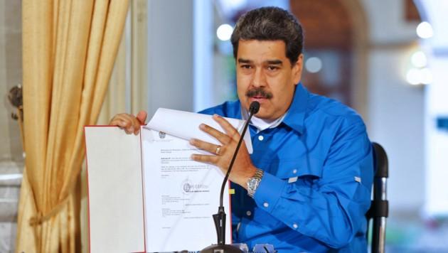Die USA wollen den venezolanischen Präsidenten Nicolas Maduro aus dem Amt entfernen und drohen nun auch seinen Verbündeten. (Bild: APA/AFP/Venezuelan Presidency/HO)