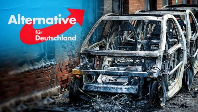 April 2019: Die drei ausgebrannten Smarts, die mit AfD-Werbefolien beklebt waren. (Bild: APA/dpa/Roland Weihrauch, AFP, krone.at-Grafik)