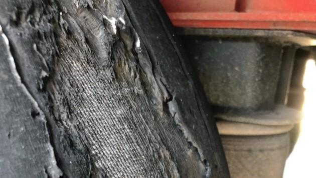 Die Lkw-Reifen waren zum Teil bis zum Gewebeunterbau abgefahren. (Bild: Polizei)