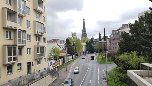 Blick vom Südportal de Römerbergtunnels in Linz auf die Stadt. Links hinter den Plakatwänden ist die Luftmessstation. die auch im Jahr 2018 wieder deutlich über dem Grenzwert für Stickstoffdioxid (NO2) lag: 43,4 Mikrogramm je Kubikmeter Luft. (Bild: Werner Pöchinger)