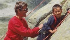 Peter Habeler mit David Lama. Lama besuchte mit vier Jahren einen Kletterkurs bei der Everest-Legende. (Bild: zVg)