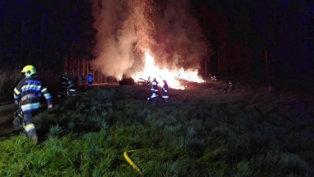 Die Feuerwehr St. Paul musste in der Nacht zum Karsamstag einen brennenden Osterhaufen löschen. (Bild: FF St. Paul/Lavanttal)