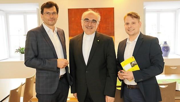 Bischof Wilhelm Krautwaschl stellte sich den Fragen von Chefredakteur Oliver Pokorny (links) und Gerald Schwaiger. (Bild: Christian Jauschowetz)