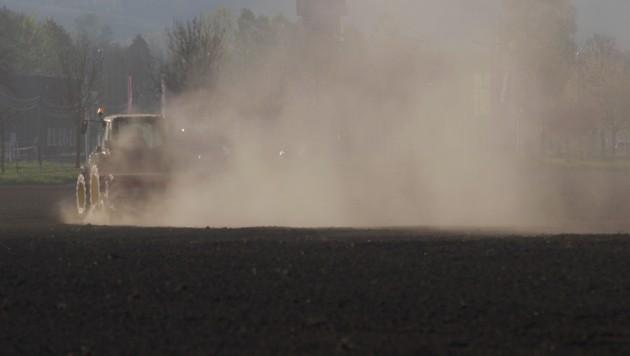 In Walding zog dieser Traktor beim Feldbestellen eine Staubfahne hinter sich her (Bild: Schütz Markus)