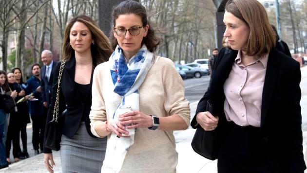 Clare Bronfman (Mitte) vor dem Gerichtsgebäude in New York (Bild: AP)