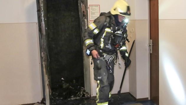 Der Lift brannte im vierten Stock des Gebäudes völlig aus. (Bild: Tschepp Markus)