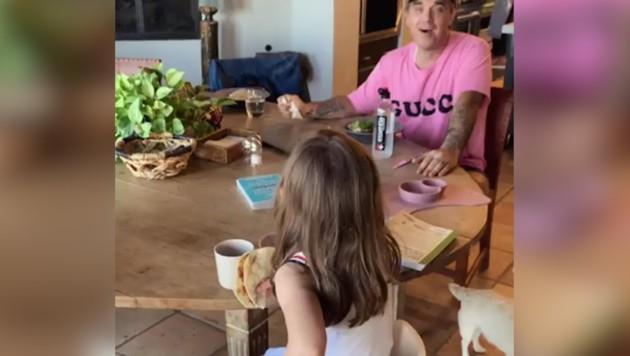 Robbie Williams' Tochter singt Papas größten Hit