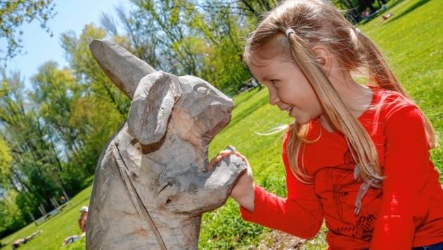 Johanna (4) schüttelt einem Osterhasen die Hand. (Bild: Markus Tschepp)