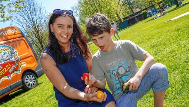 Loris konnte es kaum fassen: Er musste sich beim Eierpecken gegen Mama Evelyn geschlagen geben. Die Farbauswahl war wohl doch nicht das Gelbe vom Ei. (Bild: Markus Tschepp)