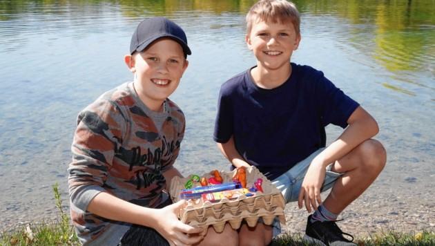 """Emil und Johannes betätigten sich als """"Osterhasen"""" und versteckten Eier. (Bild: Markus Tschepp)"""