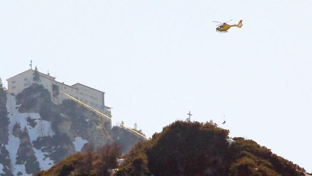 Mit dem Salzburger Rettungshubschrauber C6 wurde der Wanderer ins Spital geflogen. (Bild: Markus Leitner)