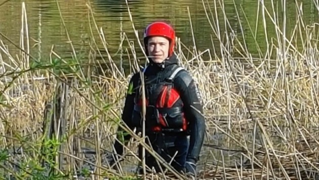 Einer der Wasserretter suchte im Schilf nach der Ente, die von einer Angelschnur gefesselt war. (Bild: Wasserrettung)