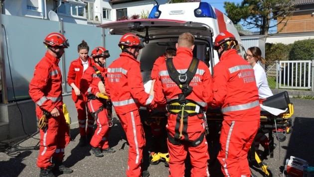 Die Höhenretter übergaben die Verletzte an den Notarzt (Bild: FF Schweinbach)