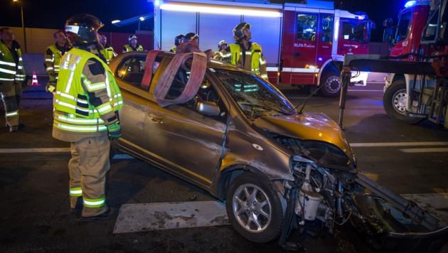 Bei einem schweren Unfall auf der A2 bei Vösendorf nahe Wien kam eine Lenkerin am Sonntagabend ums Leben. (Bild: Seyfert/www.bfk-moedling.at)