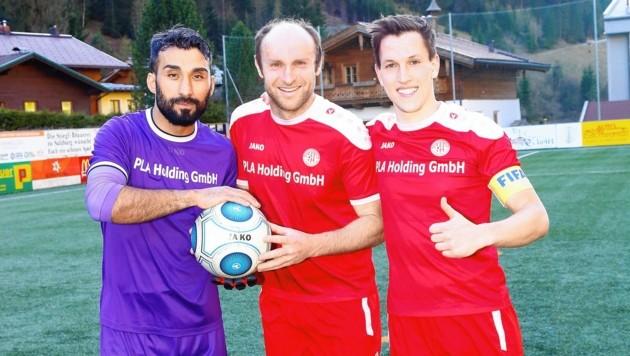 Adnan Duran (links) und Kapitän Christoph Diegruber (re.) freuten sich mit Goldtorschütze und Spielertrainer Alan. (Bild: Gerhard Schiel)