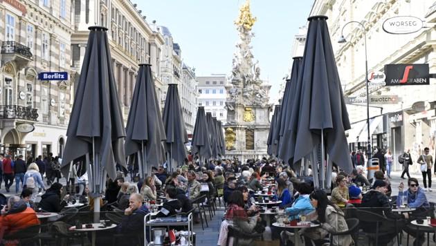 Dass die Schanigärten im März voller Gäste sein werden, bezweifeln die Wiener Wirte. (Bild: APA/HANS PUNZ)