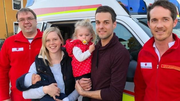 Die Eltern Jennifer Fuchs und Martin Mitter mit Söhnchen Raphael und seiner großen Schwester Magdalena zu Besuch beim Roten Kreuz mit den Rettungssanitätern Roland Weißenböck (links) und Jürgen Spitzenberger (rechts) (Bild: ÖRK Eferding)