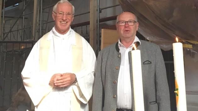 Pfarrer Rupert Reindl und Mesner Josef Hufnagl sind hoch erfreut. (Bild: Balthasar Gwechenberger)