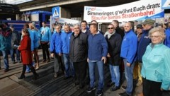 Die Wiener Opposition ging Mittwoch früh auf die Straße und sorgte für Stau im Frühverkehr. (Bild: Jöchl Martin)