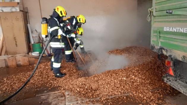 Vier Feuerwehren waren mit 33 Kräften vor Ort, um den Glimmbrand zu löschen (Bild: BFVRA/Irzl)