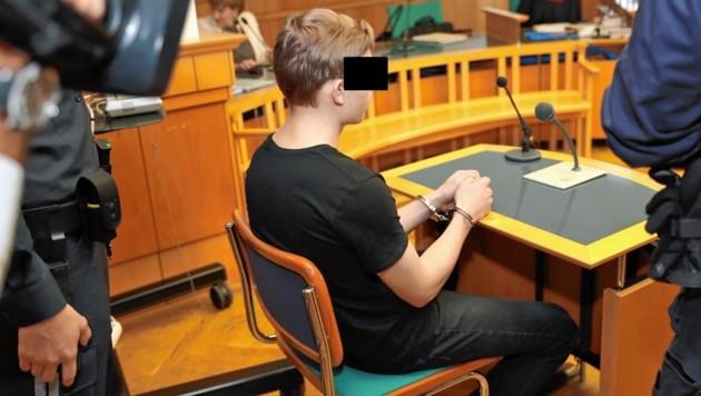 Der Angeklagte im Gerichtssaal (Bild: Kristian Bissuti)