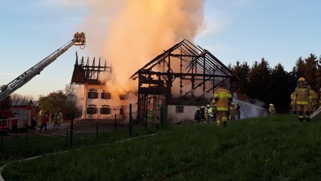 Um 05:32 Uhr wurde die Feuerwehr Seeham zum Brand eines Traktors in einer Garage alarmiert. Es stellte sich jedoch heraus, dass das landwirtschaftliche Objekt im Vollbrand steht. (Bild: ELFA Flachgau/Dominik Repaski)