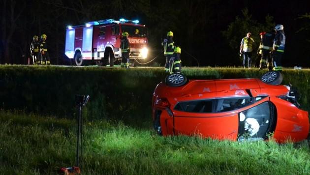 Die Autolenkerin kam nach dem Zusammenstoß mit dem Reh von der Straße ab (Bild: FF Andorf)