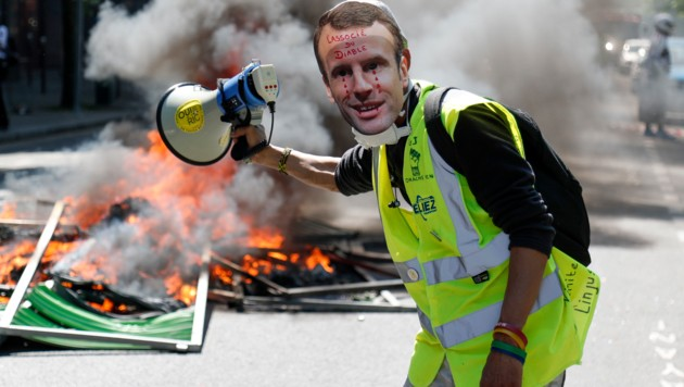 "Diese ""Gelbweste"" sieht Macron als Partner des Teufels. (Bild: APA/AFP/Zakaria ABDELKAFI)"