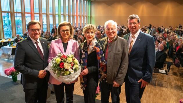 Beim Landestag der Senioren in der Messe Innsbruck übergab Helmut Kritzinger (90) sein Amt an LR Patrizia Zoller-Frischauf. LH Platter, Bundesvertreterin Korosec und GF Wolf gratulierten (Bild: angerer julian)