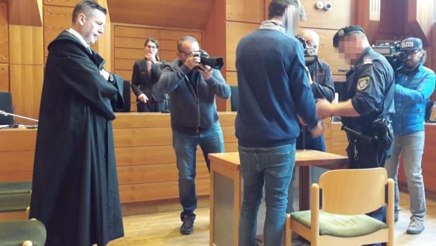 Der Angeklagte vor Gericht (Bild: APA/BRIGITTE FORSTER)