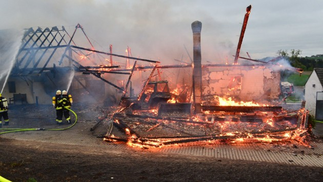 Das Feuer vernichtete den Wirtschaftstrakt des Anwesens in Bad Zell (Bild: mariokienberger.at)