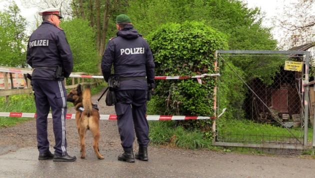 Die Polizei am Fundort der Opfers (Bild: APA/MAURICE SHOUROT)