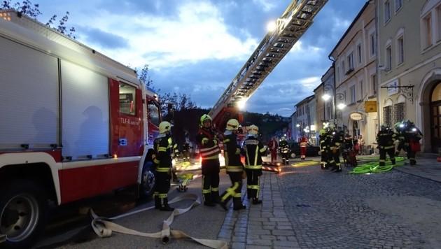 Am Hauptplatz von Haslach war ein Großaufgebot von Helfern im Einsatz (Bild: FF Haslach)