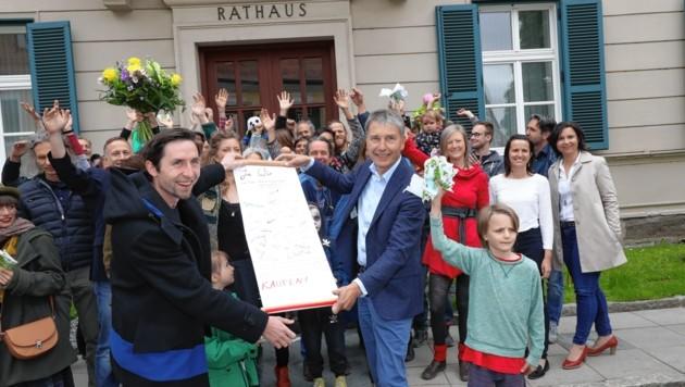 Am Dienstag wurde der Verkauf der Kaserne besiegelt - zur Freude von Bürgermeister Johann Winkelmaier. (Bild: Juergen Radspieler)