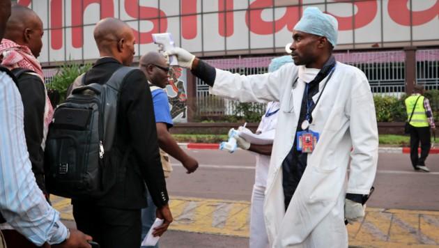 Gesundheitschecks am Flughafen Kinshasa nach der letzten Ebola-Epidemie im Kongo im Juni 2018 (Bild: AP)