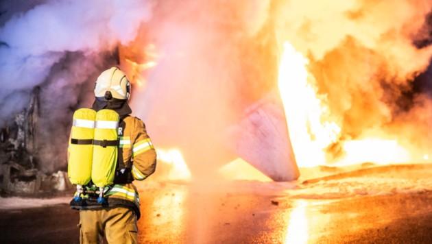 35 Mann der Freiwilligen Feuerwehr Flachau löschten den entflammten LKW (Bild: FF Flachau)
