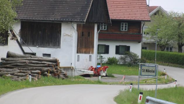Ruhig und idyllisch liegt der Hof des Tierdramas am Ortsende von St. Nikolai. (Bild: Claudia Fischer)