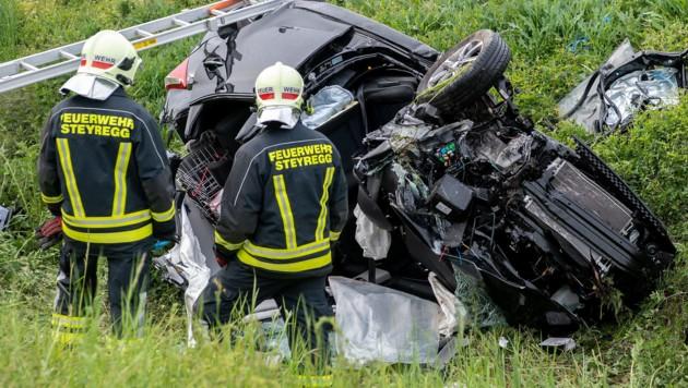 Feuerwehrleute bargen die tote Linzerin (65) aus dem völlig zerstörten Autowrack (Bild: FOTOKERSCHI.AT / KERSCHBAUMMAYR)