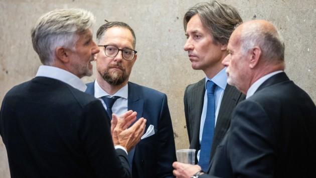 Karl-Heinz Grasser und Walter Meischberger mit den Anwälten Norbert Wess und Manfred Ainedter am Rande des 93. Verhandlungstages (Bild: APA/GEORG HOCHMUTH/APA-POOL)