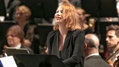 """Birgit Minichmayr als Erzählerin in """"Oberon"""" (Bild: Oliver Wolf)"""