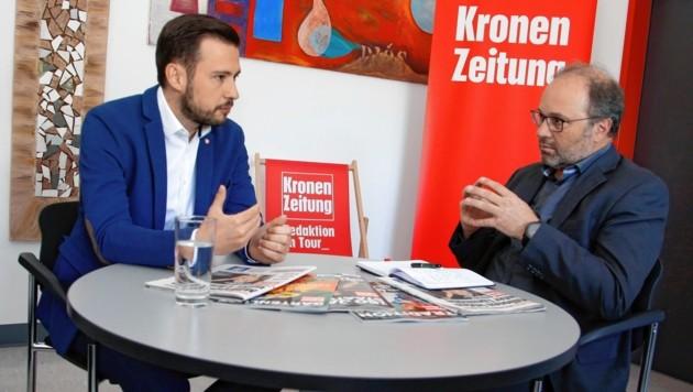 "Landesrat Sebastian Schuschnig im Gespräch mit ""Kärntner Krone""-Chefredakteur Hannes Mößlacher (Bild: Uta Rojsek-Wiedergut)"