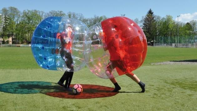 "Viel Spaß mit ""Bubble Soccer"" (Bild: Joe Grabner)"