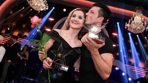 """Profi-Tänzer Thomas Kraml küsst Lizz Görgl nach dem Sieg bei """"Dancing Stars"""" auf die Schläfe. (Bild: Hans Leitner / First Look / picturedesk.com)"""