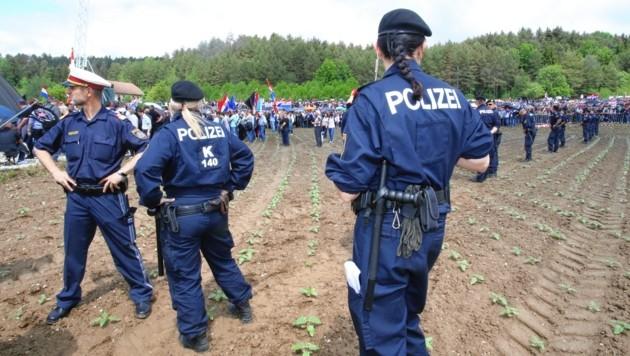 Jedes Jahr findet das umstrittene Kroatentreffen am Loibacher Feld statt. Im Livestream sprechen Experten über die wichtige Erinnerungskultur. (Bild: Kronen Zeitung)