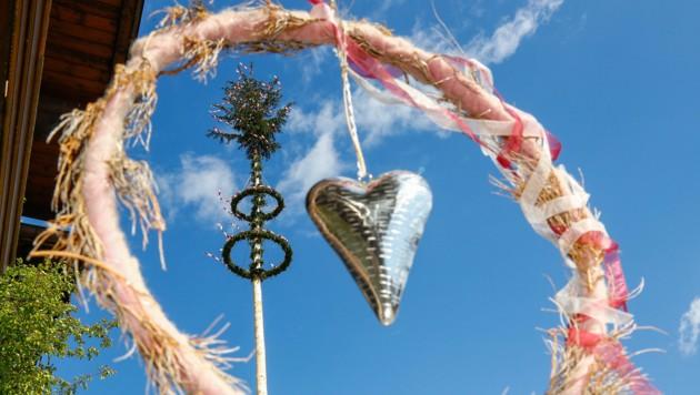 Mancherorts wird trotz Corona ein Maibaum aufgestellt. (Bild: GERHARD SCHIEL)