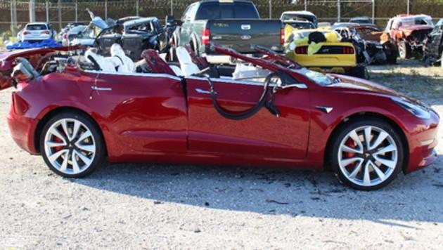 Als der Tesla unter den Lastwagen geriet, wurde das Dach regelrecht abrasiert. (Bild: NHTSA)