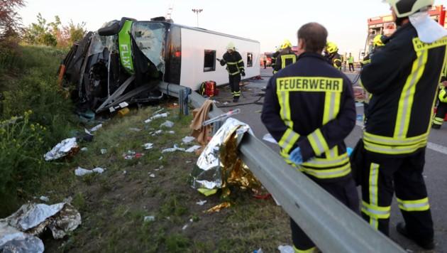 Dutzende Menschen wurden verletzt, einer starb, als der Flixbus umkippte. (Bild: APA/dpa-Zentralbild/Jan Woitas)
